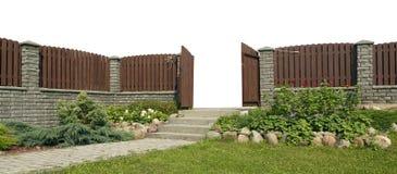 从天堂概念退出 打开在坚实木篱芭的小门 免版税库存照片