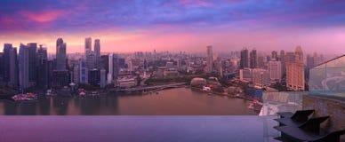 从天空水池,紫罗兰色尘土的新加坡地平线 免版税库存照片