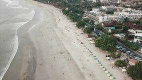 从天空的空中美丽的景色在与游人的海滩 录影 与伞的空中海滩天的旅馆 股票录像