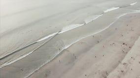 从天空的空中美丽的景色在与游人的海滩 录影 与伞的空中海滩天的旅馆 股票视频