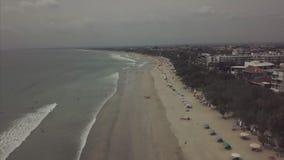 从天空的空中美丽的景色在与游人的海滩 录影 与伞的空中海滩天的旅馆 影视素材