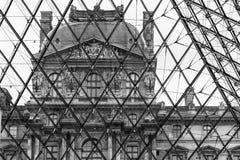 从天窗冥想的玻璃金字塔的里边天窗大厦 图库摄影