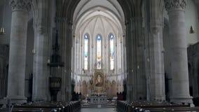 从天花板的全景射击到宽容大教堂祈祷的大厅有灰色专栏的 股票录像