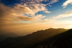 从太阳的光通过山 库存图片