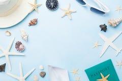 从太阳镜、帽子、护照、飞机和小船缩样,海星的暑假、假期、旅行和旅游业框架 图库摄影