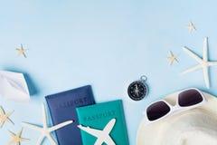 从太阳镜、帽子、护照、飞机和小船缩样,海星的暑假、假期、旅行和旅游业背景 免版税库存图片