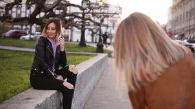 从头发边的专业女性摄影师的金发碧眼的女人的英尺长度为女孩模型照相她的朋友 股票视频