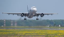 从奥托佩尼机场的空中客车A320商业飞机起飞在布加勒斯特罗马尼亚 免版税库存图片