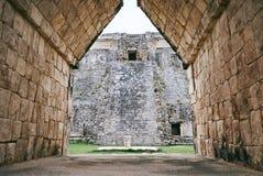 从女修道院门的看法到魔术师金字塔,古老在uxmal, Yucantan,墨西哥的玛雅废墟 库存照片