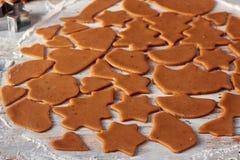从姜饼面团的赢得曲奇饼形状 免版税库存照片