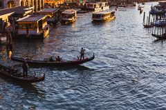 从威尼斯大石桥桥梁的著名大运河在日落在威尼斯,意大利 库存照片