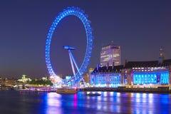 从威斯敏斯特桥梁的伦敦眼睛在晚上 免版税库存照片