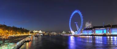 从威斯敏斯特桥梁的伦敦眼睛在晚上 库存图片