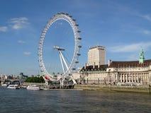 从威斯敏斯特桥梁的看法到伦敦眼和修造在它旁边的县政厅在一好日子在伦敦,英国 图库摄影
