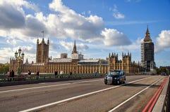 从威斯敏斯特桥梁的看法在伊丽莎白附近的一个脚手架塔,叫作大本钟 库存图片