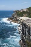 从婚宴喜饼岩石的看法沿海岸线在皇家国家公园 免版税图库摄影