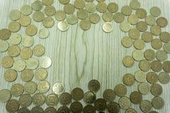 从子弹的袖子以硬币为背景在五俄罗斯卢布 库存照片