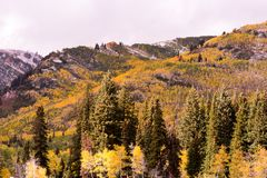 从孑然滑雪胜地的秋天场面 免版税库存图片