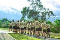 从学会的军校的青年人到处乱跑  基多 厄瓜多尔 18 09 2018年 免版税库存照片