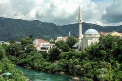 从它的河Neretva的相反河岸看见的Karadjozbegova清真寺在莫斯塔尔,波黑 库存图片