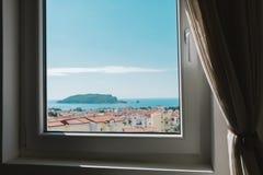 从家庭窗口的看法在布德瓦镇向亚得里亚海,黑山 库存图片