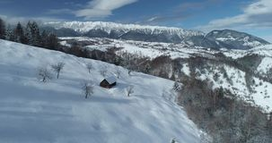 从寄生虫的喀尔巴阡山脉4K空中录影镜头在罗马尼亚 影视素材