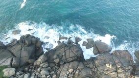 从寄生虫的异乎寻常的海浪iwith岩石 影视素材