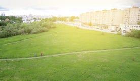 从寄生虫的照片在城市在夏天两个人,愉快的夏时 免版税图库摄影