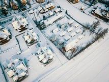 从寄生虫的看法在一个小村庄的屋顶在冬天 库存照片
