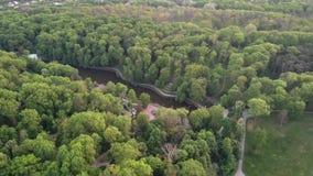 从寄生虫的空中全景录影到全国dendrological公园Sofiyivka在城市乌曼,乌克兰在夏天 股票视频