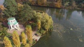 从寄生虫的空中全景录影到全国dendrological公园Sofiyivka在城市乌曼,乌克兰 股票视频