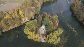 从寄生虫的空中全景录影到全国dendrological公园Sofiyivka在城市乌曼,乌克兰 影视素材
