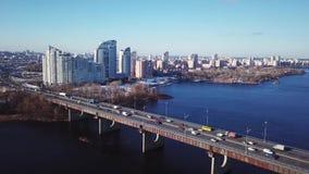从寄生虫的空中录影在4K 公路交叉点在地铁Poznyaki高速公路和天桥的区域与汽车和 股票视频