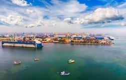 从寄生虫的鸟瞰图全景 在进口/出口业务的船 库存照片