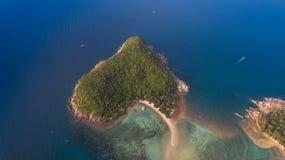 从寄生虫的鸟瞰图在海岛酸值Ma,从酸值Phangan的道路 免版税库存照片