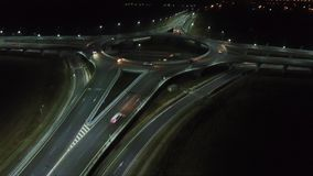 从寄生虫的鸟瞰图在环形交通枢纽,夜 股票视频
