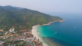 从寄生虫的鸟瞰图在Haad Rin,酸值Phangan海岛沙子海滩  库存图片