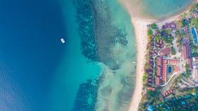 从寄生虫的鸟瞰图在Haad Rin,酸值Phangan海岛沙子海滩  免版税库存照片