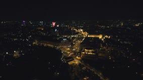 从寄生虫的鸟瞰图:夜在路和夜光的城市飞行 股票视频