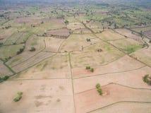 从寄生虫的鸟瞰图 在Combi以后收获踪影的米领域  免版税库存图片