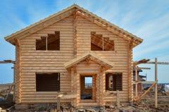 从射线的未完成,生态木房子在乡下 免版税库存照片