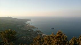 从小山的上面的海滨在塞浦路斯的 免版税库存图片