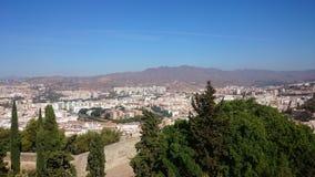 从小山的城市视图 免版税库存图片