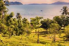 从小山的日落全景向在普吉岛前面的海洋 图库摄影