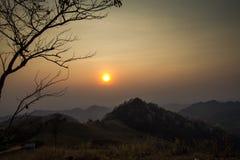 从小山的日落 免版税库存照片