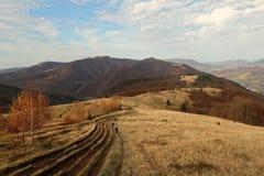 从小山的看法到喀尔巴阡山脉的山风景在一好日子在秋天 免版税库存图片