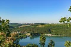 从小山的看法到高加索山脉的倾斜在美丽如画的湖Abrau附近的 晴朗日的夏天 免版税图库摄影