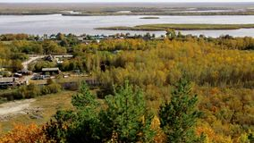 从小山的看法向村庄、森林和河在秋天 股票录像