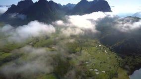从小山的高飞行在谷上向有太阳反射的河 股票视频