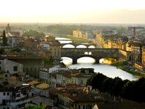 从小山的Ponte Vecchio在一个夏天早晨在佛罗伦萨 免版税图库摄影
